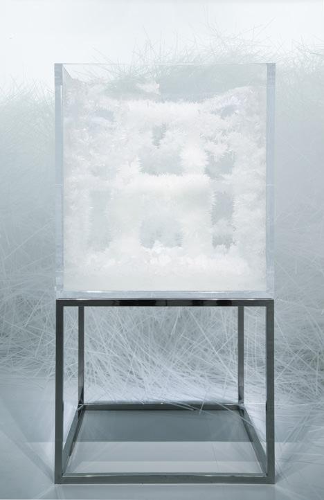 サムネイル:吉岡徳仁がクリスタライズ展で発表した椅子「蜘蛛の糸」