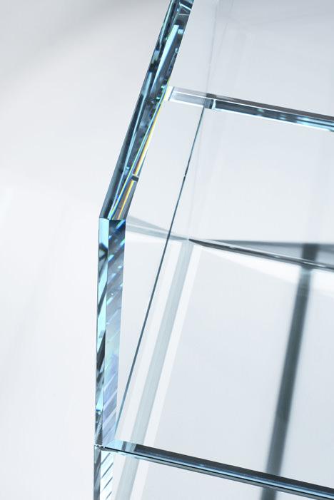 サムネイル:吉岡徳仁がGLAS ITALIAのためにデザインして、ミラノサローネで発表される椅子「PRISM glass chair」