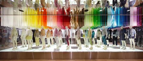 サムネイル:エマニュエル・ムホーによるユニクロ銀座旗艦店でのウィンドウ&店内インスタレーション「colorful wind」