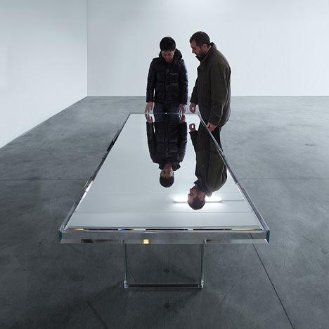 サムネイル:吉岡徳仁がイタリアの家具メーカー・GLAS ITALIAのためにデザインした「PRISM ミラーテーブル」