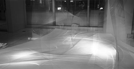 サムネイル:岩瀬諒子による薄板ガラスを使用したインスタレーション「KUSANAMI」