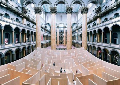 サムネイル:BIGによるアメリカ国立建築博物館内の巨大迷路のようなインスタレーション「The BIG Maze」