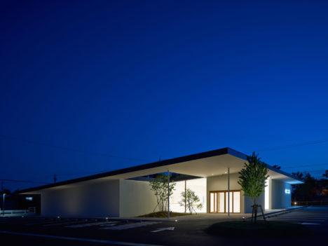 サムネイル:高木昭良 / 高木昭良建築設計事務所による静岡・浜松の「たなか整形外科/大屋根のクリニック」
