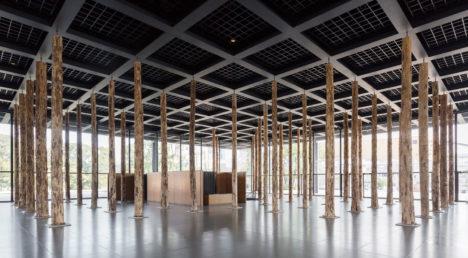 サムネイル:デイビッド・チッパーフィールドが、ベルリンのミース設計の新国立美術館で行っているインスタレーション展「Sticks and Stones, an Intervention」の会場写真