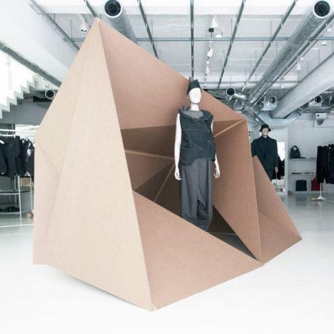 サムネイル:中村竜治建築設計事務所によるダンボールを使用したISSEY MIYAKEのためのインスタレーション「ダンボールの家」