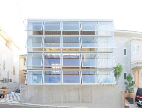サムネイル:能作淳平建築設計事務所+大野博史 / オーノJAPANによる神奈川の住宅「ハウス・イン・ニュータウン」