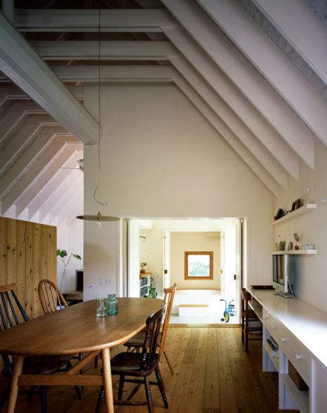 サムネイル:服部信康建築設計事務所による愛知の「小屋と暮らす家」