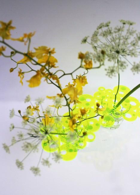 サムネイル:pivotoによる、普通のグラスを花瓶に変えるプロダクト「Flower Plate」