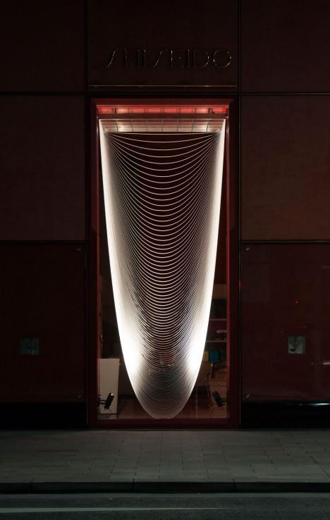 サムネイル:中村竜治建築設計事務所による、東京銀座資生堂ビルのディスプレイ「首飾り」