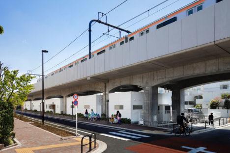 サムネイル:石嶋設計室による、JR中央線の高架下につくられた保育所「グローバルキッズ武蔵境園」