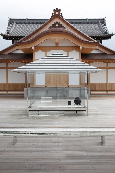 サムネイル:吉岡徳仁による、京都 将軍塚青龍殿の大舞台で公開中の「ガラスの茶室 − 光庵」