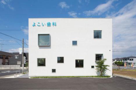 サムネイル:イクスデザイン+増田建築計画事務所による、愛知県清須市の「よこい歯科クリニック」