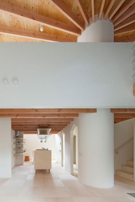 サムネイル:阿曽芙実建築設計事務所による、大阪府堺市の住宅「moon」