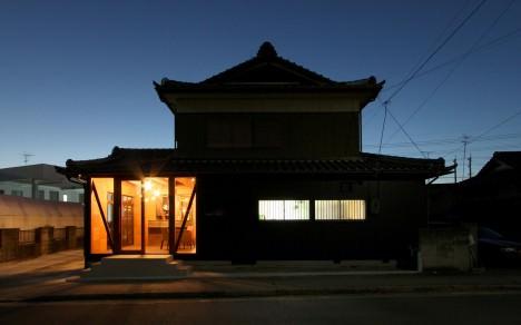 サムネイル:間宮晨一千デザインスタジオによる、名古屋市の、築30年以上の木造住宅を美容院に改修した「美髪舎drop」