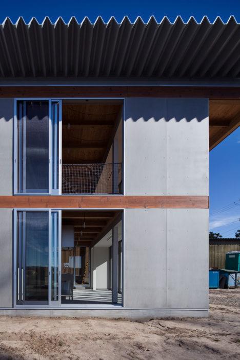 サムネイル:渡辺隆建築設計事務所による、静岡県菊川市の、茶畑が広がる丘の上にたつ住宅「オカノウエノナヤ」
