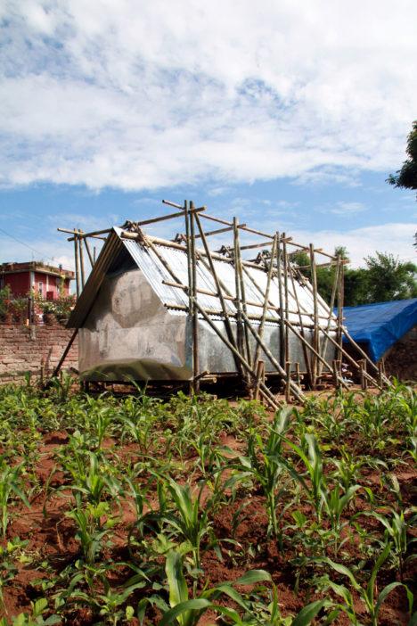 サムネイル:Architecture for the Mass / チャールズ・ライ+鈴木岳彦による、ネパール地震の被災者のためのシェルター