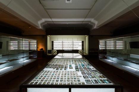 サムネイル:齋藤達也が展示及び作品制作ディレクションを手掛け、空間デザインをが南木隆助手掛けた展覧会『 演劇博物館「プロジェクションメディアの考古学」 』