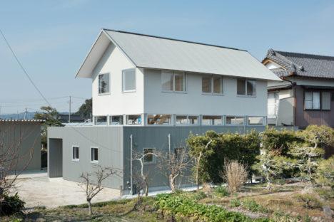 サムネイル:後藤周平建築設計事務所による、静岡県菊川市の住宅「小笠の浮き家」