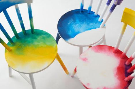 サムネイル:TAKT PROJECTによる、ユーザーが思い思いに染色をする事ができる家具「Dye It Yourself -dyed plastic furniture concept」
