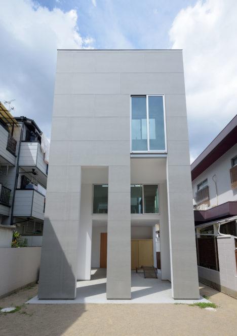 サムネイル:松浦荘太建築設計事務所による、兵庫の、建物の一部が隣地の幼稚園の園庭にもなっている住宅「住居と園庭」
