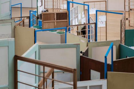サムネイル:403architecture [dajiba]による、近隣施設の使用されなくなった家具等を、再構成して作られた、山口情報芸術センターでの展覧会の会場デザイン「プレゼント・シングス」