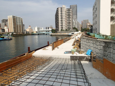 サムネイル:岩瀬諒子設計事務所がコンペで最優秀賞に選ばれ、工事が進んでいる大阪の「木津川遊歩空間」の現場見学会が開催 [2015/12/19]