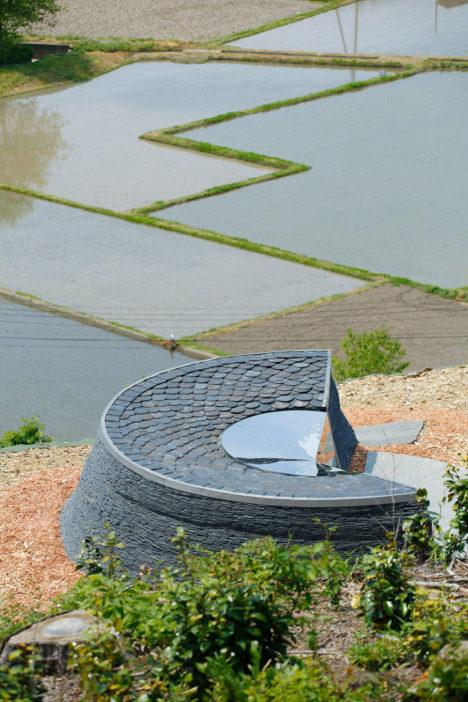 サムネイル:小石川建築 / 小石川土木による、宮城県石巻市の「石の祈念堂」