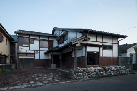 サムネイル:荒木信雄 / The Archetypeによる、鹿児島の元呉服店をリノベーションした店舗併用住宅「鹿屋の家」