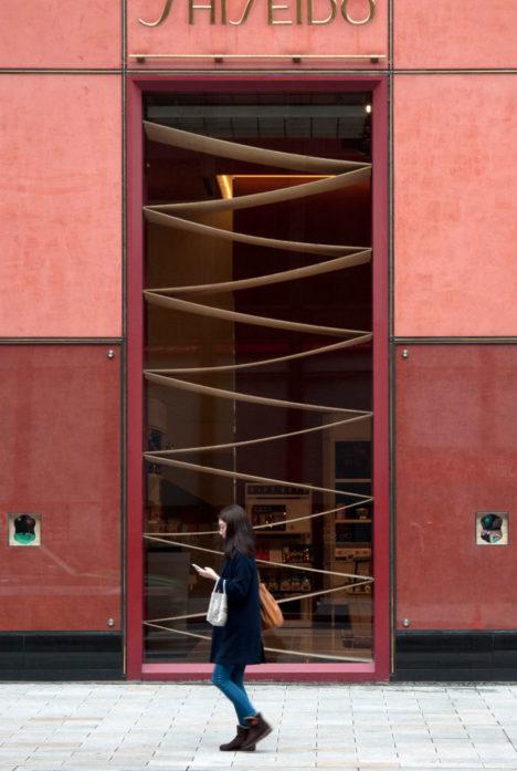 サムネイル:中村竜治建築設計事務所が、東京銀座資生堂ビル新春ディスプレイ2016として制作した作品「風景」