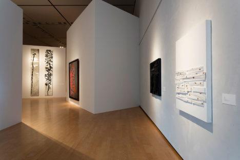 サムネイル:noiz architectsが展示デザインを手掛けた、兵庫県県立美術館での展覧会「山を出て-王懷慶展」の会場写真