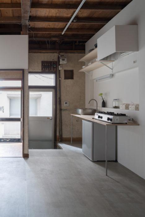 サムネイル:建築家・松本光索とスカイザバスハウス・キュレーター大坂紘一郎が、現場に住込み、自らの手で改修したプロジェクト・スペース「Asakusa」
