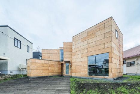 サムネイル:五十嵐淳建築設計事務所による、北海道江別市の住宅「大麻の勾り家」