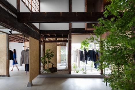 サムネイル:岡野学 / スタジオ201アーキテクツによる、さいたま市の、築70年の木造住宅の1階部分を改修した古着店「BANKARA」