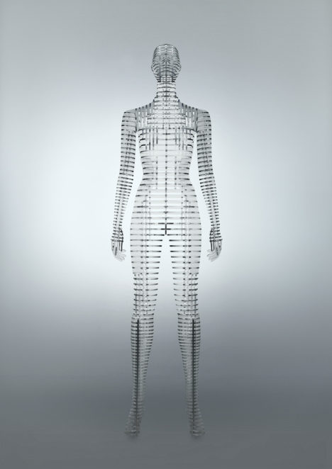 サムネイル:吉岡徳仁が、国立新美術館での「MIYAKE ISSEY展」のためにデザインした人体