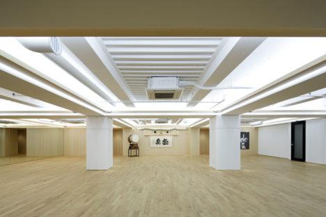 サムネイル:佐藤可士和 / SAMURAIがデザイン監修して、齊藤良博 / SAMURAIが設計した、極真会館のトレーニング室やカフェなどの複合施設「FLUX CONDITIONINGS」