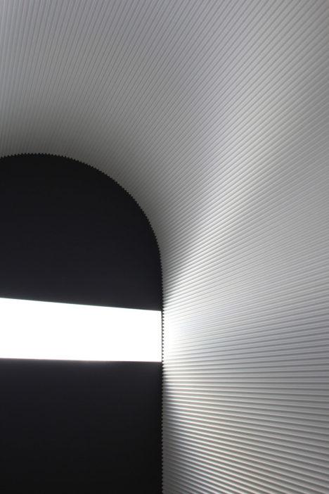 サムネイル:久保秀朗+都島有美 / 久保都島建築設計事務所による、京橋のAGCスタジオでの 採光合わせガラスの展示会場構成