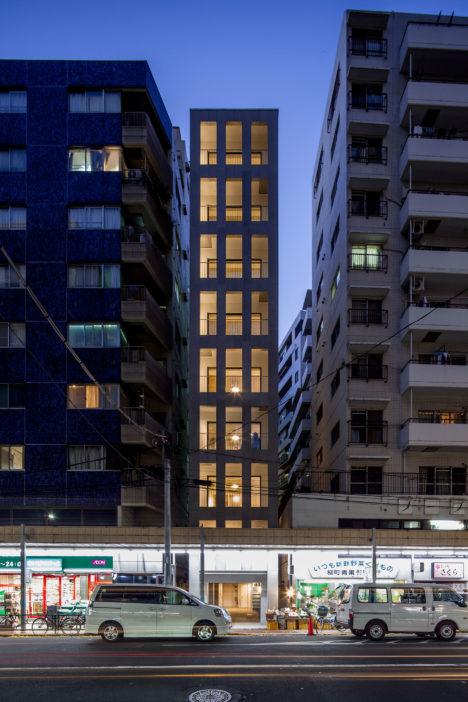 サムネイル:abanbaによる、東京・小石川の、間口約5mの敷地に建つ集合住宅「LILIO KOISHIKAWA」