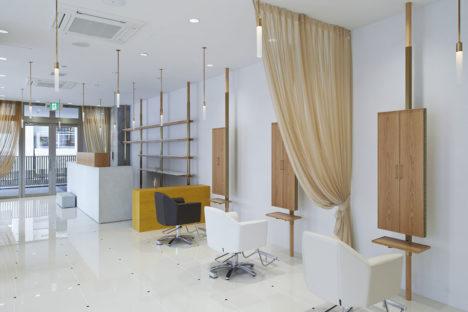 サムネイル:今津康夫 / ninkipen!による、大阪のヘアサロンのインテリアデザイン「SALONE CINQ」
