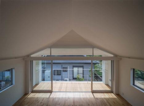 サムネイル:諸江一紀建築設計事務所による、岐阜県羽島市の、車庫兼倉庫を住宅へコンバージョンした「羽島の住宅」