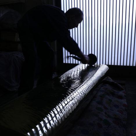 サムネイル:吉岡徳仁による、京都・金閣寺にて非公開で展示された、新作の真鍮製のベンチ「Water block」