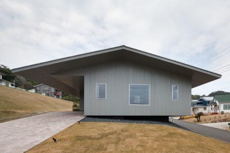 サムネイル:坂牛卓 / O.F.D.A.による、千葉県勝浦市の住宅「茜の家」と論考「リフレームされた空間」