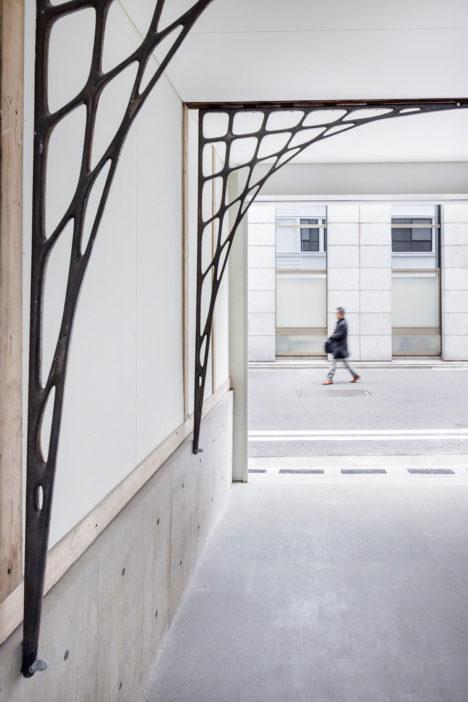 サムネイル:三井嶺建築設計事務所による、既存の意匠を継承しつつ、装飾性も備えた鋳鉄製門型フレームで耐震補強も行っている「日本橋旧テーラー堀屋改修」