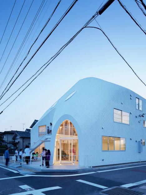 サムネイル:MAD Architectsによる、愛知県岡崎市の住居兼幼稚園「クローバーハウス」