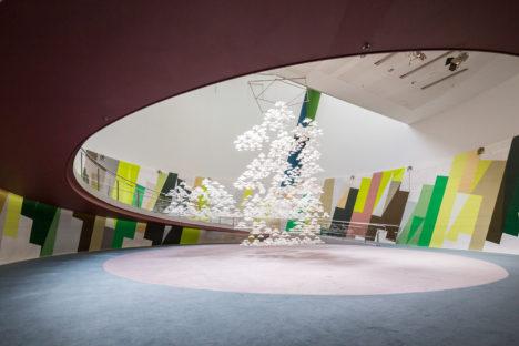 サムネイル:アトリエ オイとスプレッドによる、東京・南青山のスパイラルガーデンで行われたインスタレーション「PAPER GARDEN」