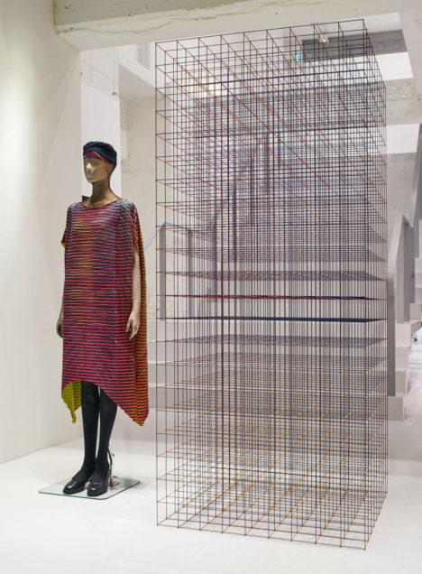 サムネイル:中村竜治による、ISSEY MIYAKEの服「PRISM」からインスピレーションを得たインスタレーション
