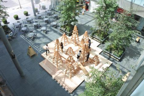サムネイル:本瀬あゆみ+齋田武亨 / 本瀬齋田建築設計事務所が設計した、富山市まちなか賑わい広場に設置された木製ジャングルジム「サンカクジム」