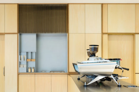 サムネイル:長坂常 / スキーマ建築計画による、東京・六本木の「ブルーボトルコーヒー六本木カフェ」