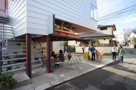 サムネイル:Eureka+MARU。Architectureによる、埼玉県さいたま市の集合住宅「Around the Corner Grain」。この建築を会場に建築展も開催。