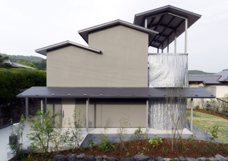 サムネイル:川島範久+佐藤桂火 / ARTENVARCHによる、京都・山科の住宅「京都の三段屋根」