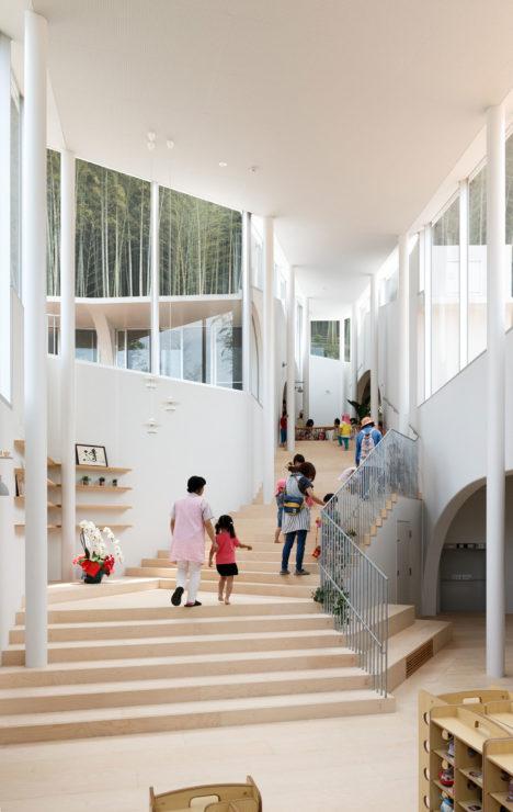 サムネイル:佐々木慧+佐々木翔 / INTERMEDIAによる、長崎県長崎市の「あたご保育園」